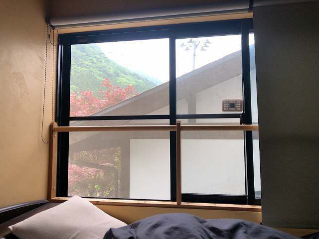 朝12部屋の窓2.jpg