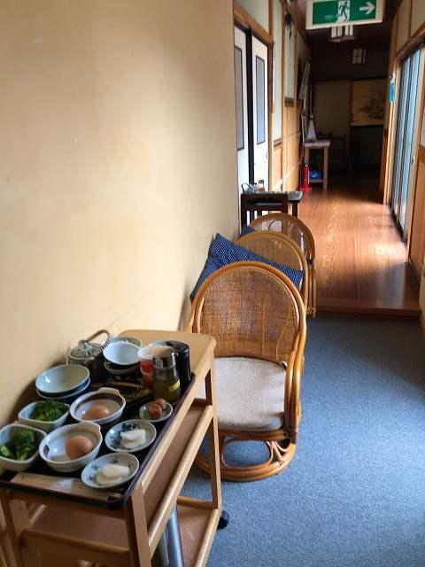 朝餉1廊下で待機中.jpg