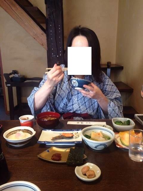 朝餉をガツガツ喰らうジャン妻.jpg