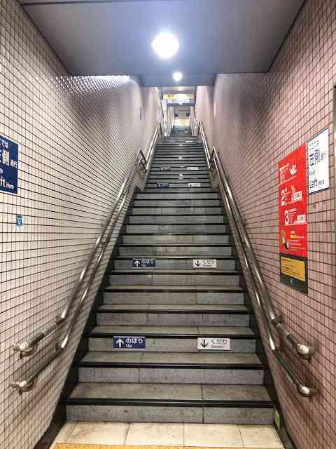 東新宿駅階段1.jpg