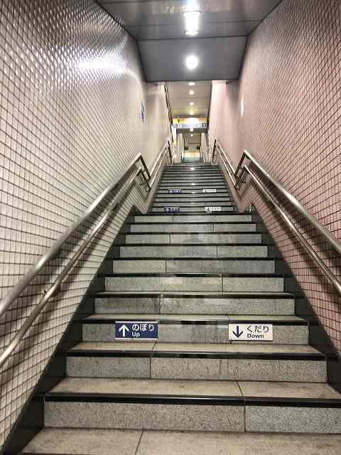東新宿駅階段2.jpg