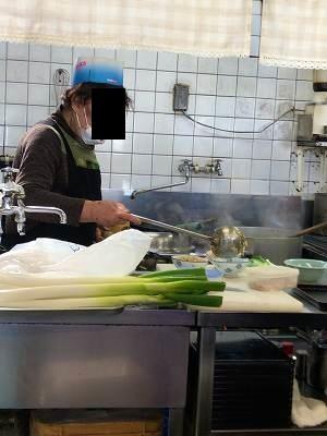 炒飯を盛るオバちゃん1.jpg