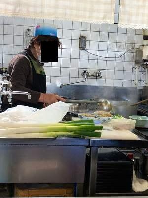 炒飯を盛るオバちゃん2.jpg