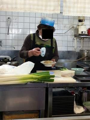 炒飯を盛るオバちゃん6.jpg