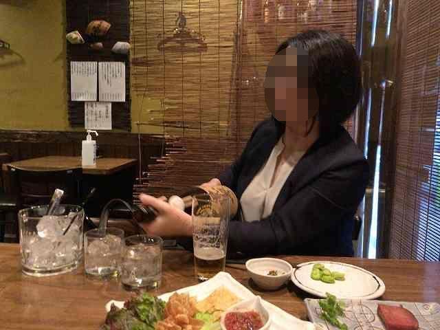 焼酎を注ぐジャン妻-1.jpg