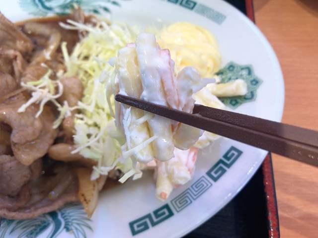 生姜焼8マカロニを摘まむ.jpg