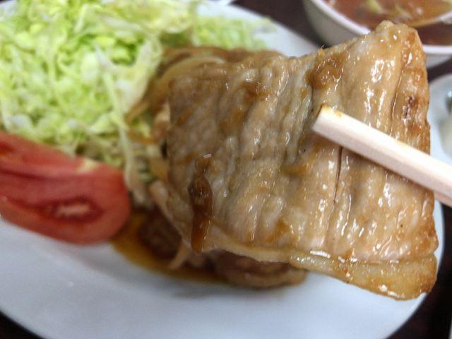 生姜焼9肉を摘まむ.jpg
