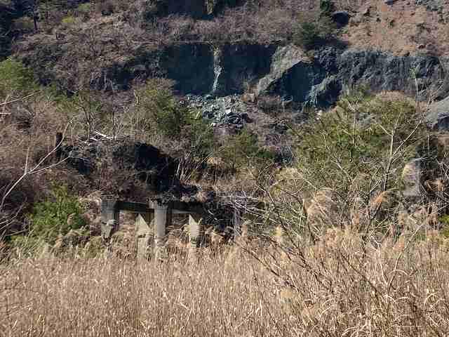 石切り場4麓の遺構1.jpg