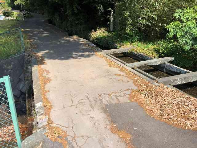 石樋4路と並んで川を渡っている2.jpg