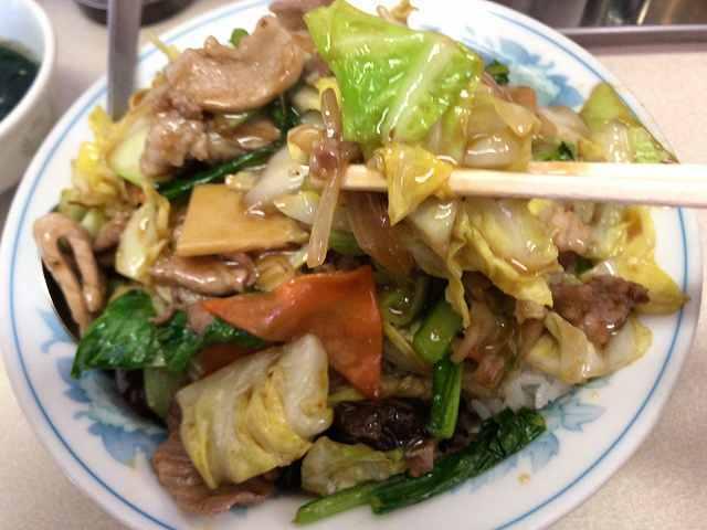 肉丼10野菜を摘まむ2.jpg