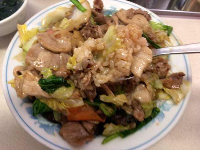 肉丼17スプーンですくった汁だく飯.jpg