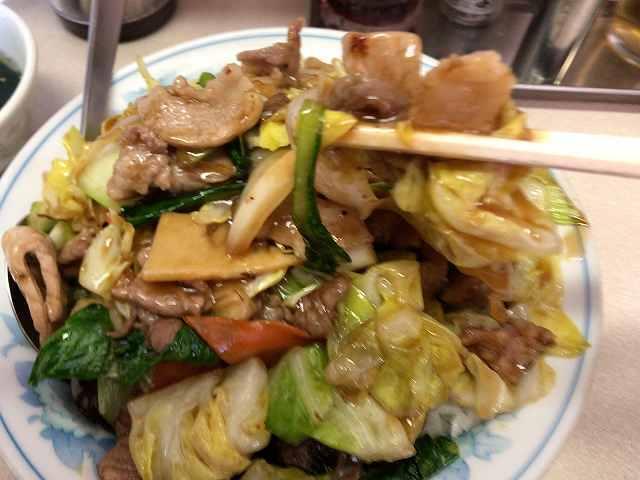 肉丼9野菜を摘まむ1.jpg