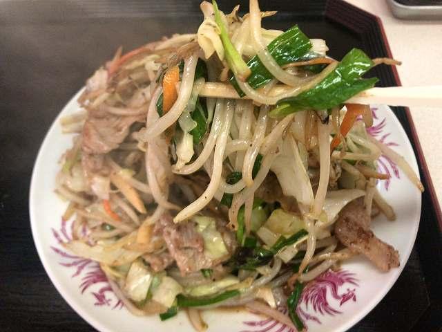 肉野菜5野菜を摘まむ1.jpg