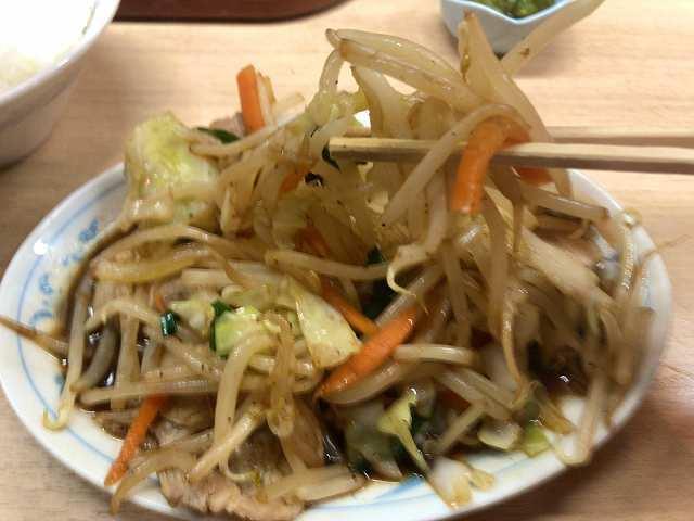 肉野菜6モヤシを摘まむ1.jpg