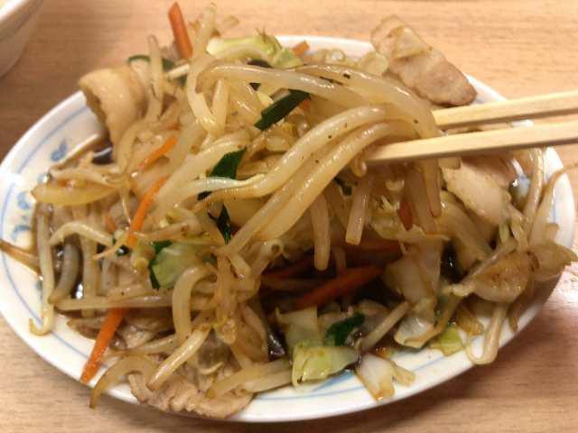 肉野菜7モヤシを摘まむ2.jpg