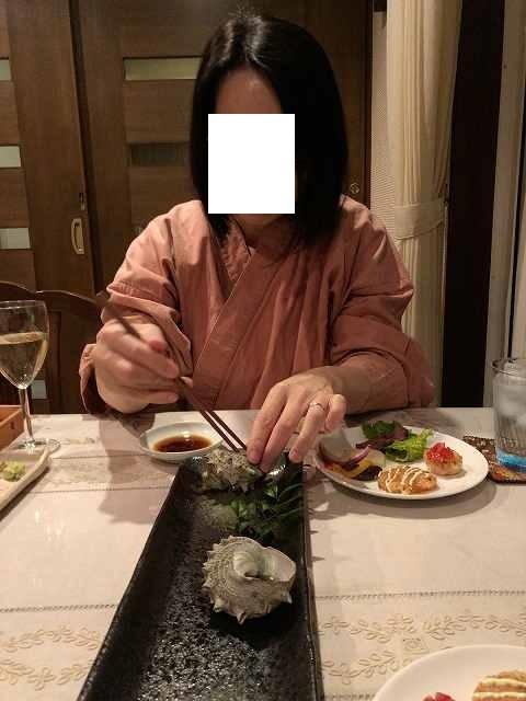 肝を摘まむジャン妻2.jpg