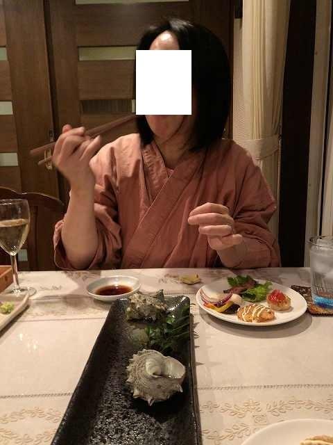 肝を摘まむジャン妻4.jpg