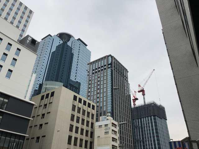 西新宿を見上げる.jpg