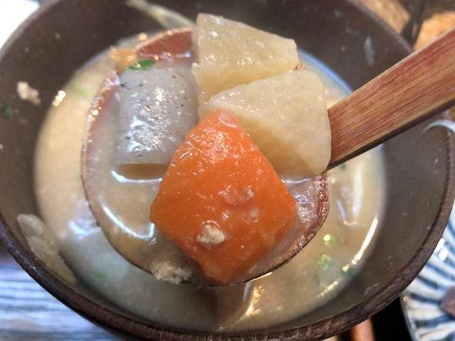豚汁10根菜をすくう1.jpg