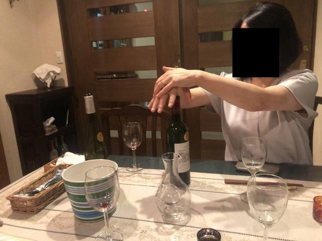 赤ワインに栓するジャン妻.jpg