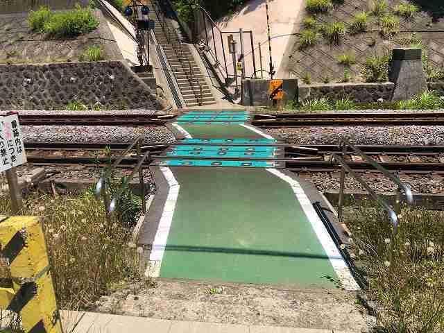 踏切14渡る3中央待避所.jpg