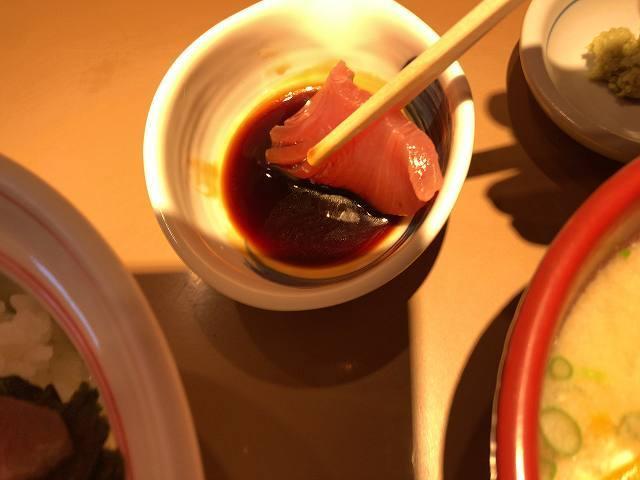 鉄火7醤油に浸す.jpg