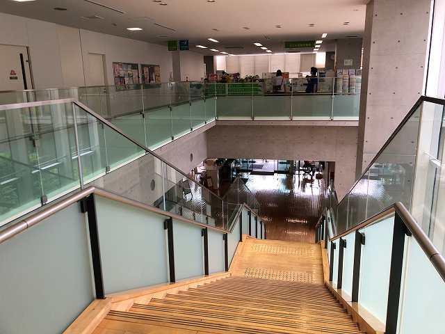 階段を下りる.jpg