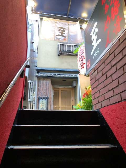 階段を見上げる.jpg