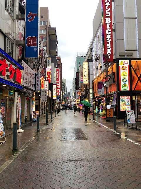雨の路地を歩く.jpg