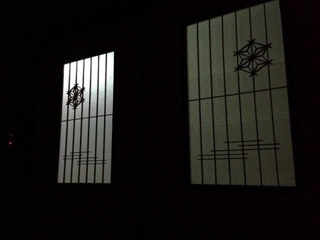 館内は暗く.jpg