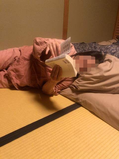 館長から借りた書籍を読むジャン妻-1.jpg