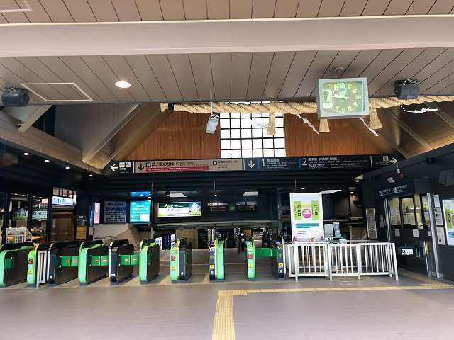 駅改札人がまばら.jpg