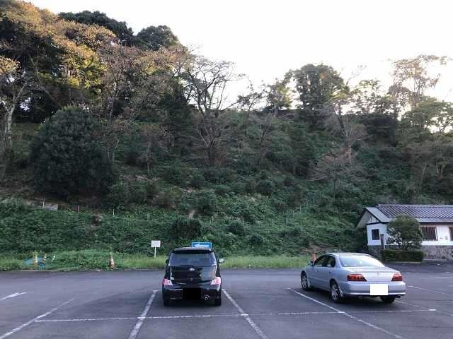 駐車場から城跡を望む1.jpg
