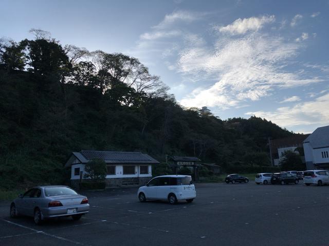 駐車場から城跡を望む2.jpg