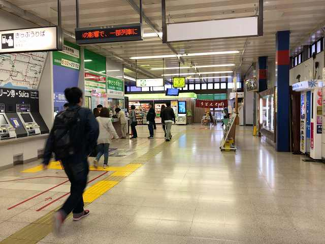 鴻巣駅改札次へ向かう.jpg